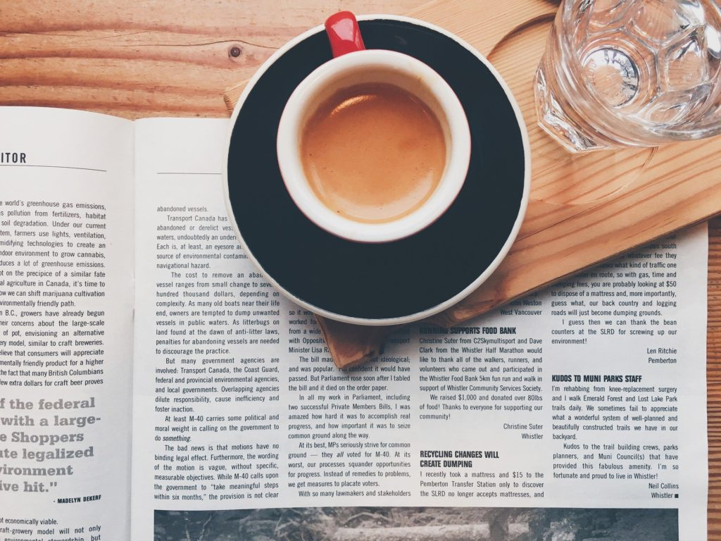 un cafe-un journal-un verre d-eau-pour-evoquer-le-bloc-articles