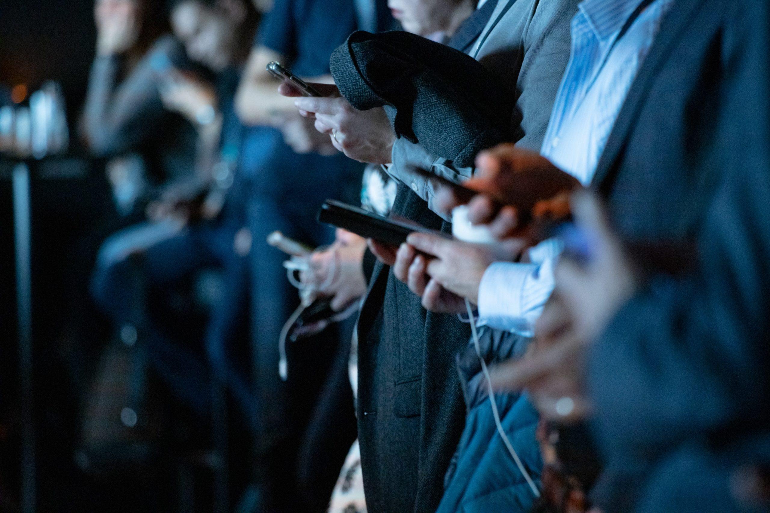 groupe de journaliste pendant une conference de presse cherchant le scoop